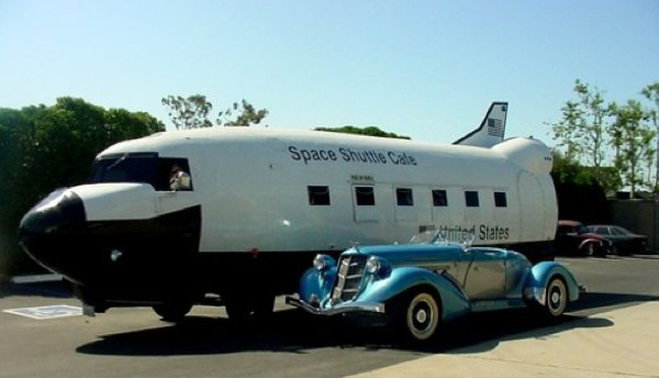Airplane converted into Space Shuttle food truck / Boing Boing