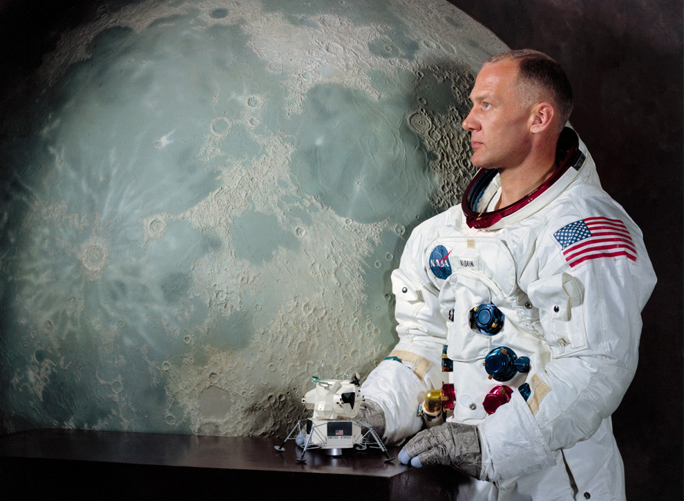 buzz aldrin says he is proud to be an american after - 990×726