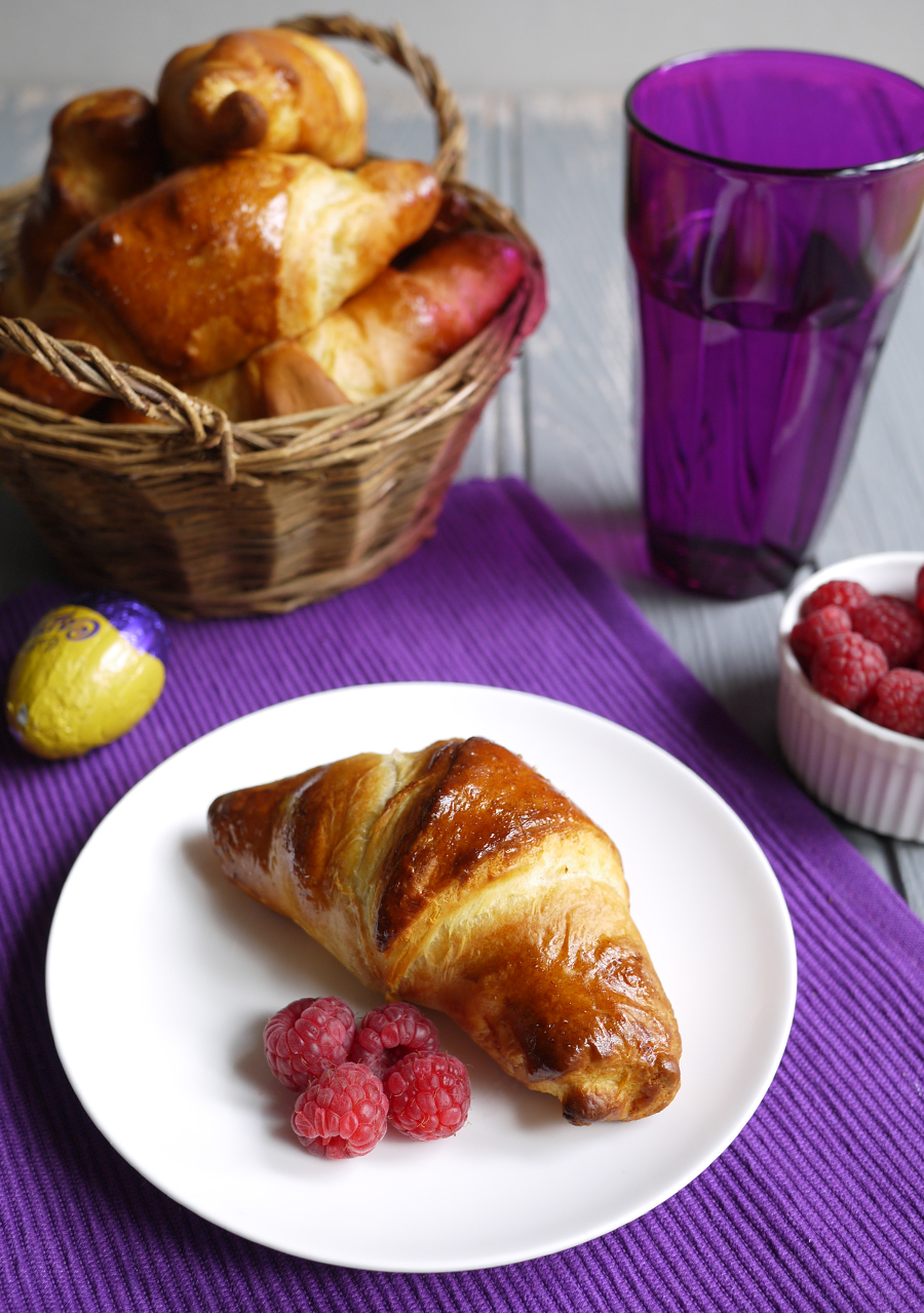 cadburys-caramel-egg-stuffed-croissants-basket