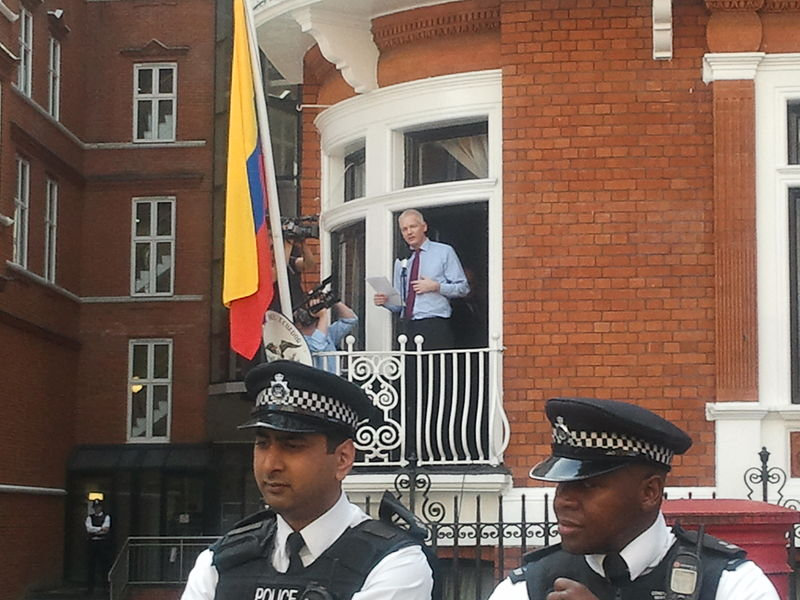800px-Assange_speech_at_Ecuador_embassy