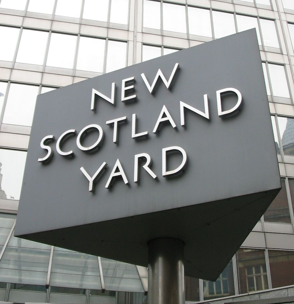 1024px-New_Scotland_Yard_sign_3