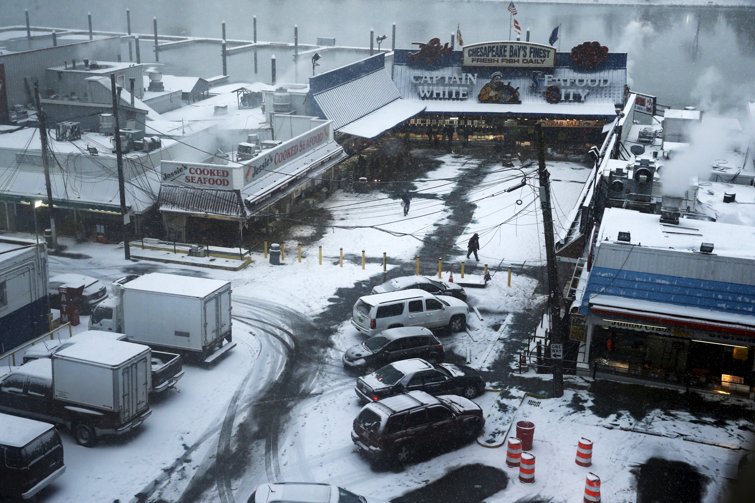People buy seafood at the Wharf as snow begins to fall in DC, Jan 22 2016. REUTERS