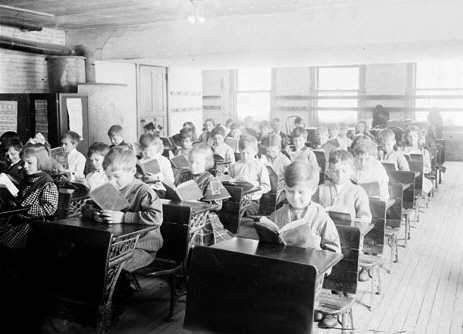 Schoolchildren_reading_1911