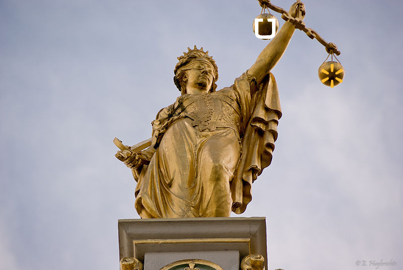 800px-Golden_Lady_Justice,_Bruges,_Belgium_(6204837462)