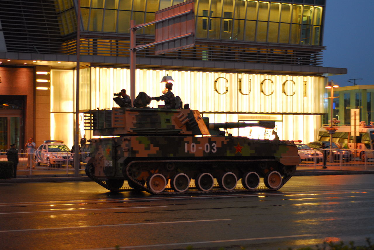 Self-propelled_howitzer_in_front_of_Gucci
