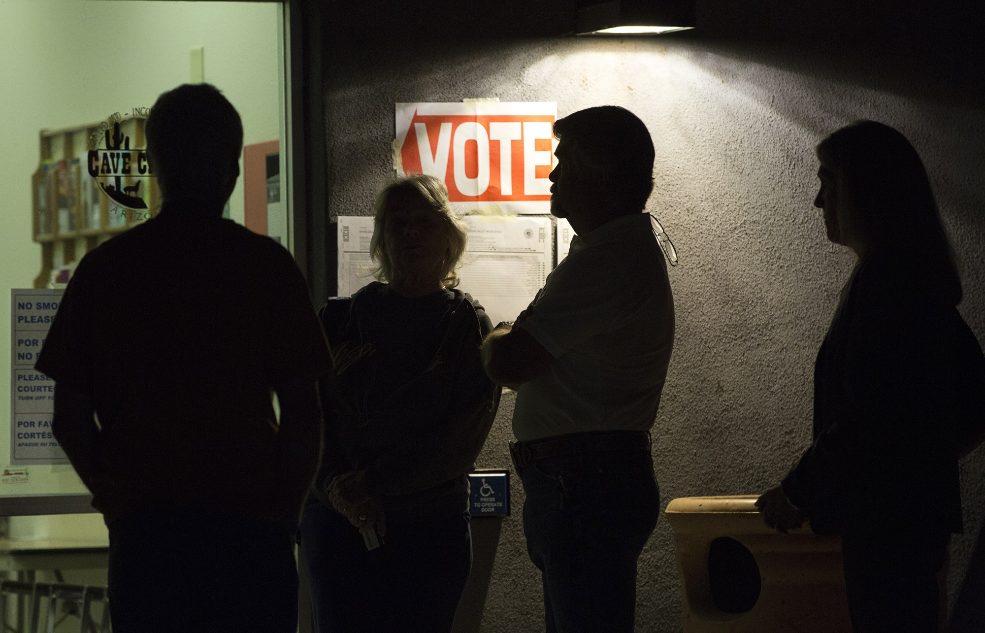 Voters stand in line to vote in the U.S. presidential primary election in Cave Creek, AZ March 22, 2016. [Reuters]
