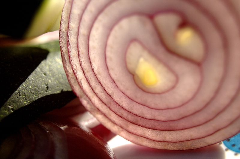 800px-Red_onion_closeup_2