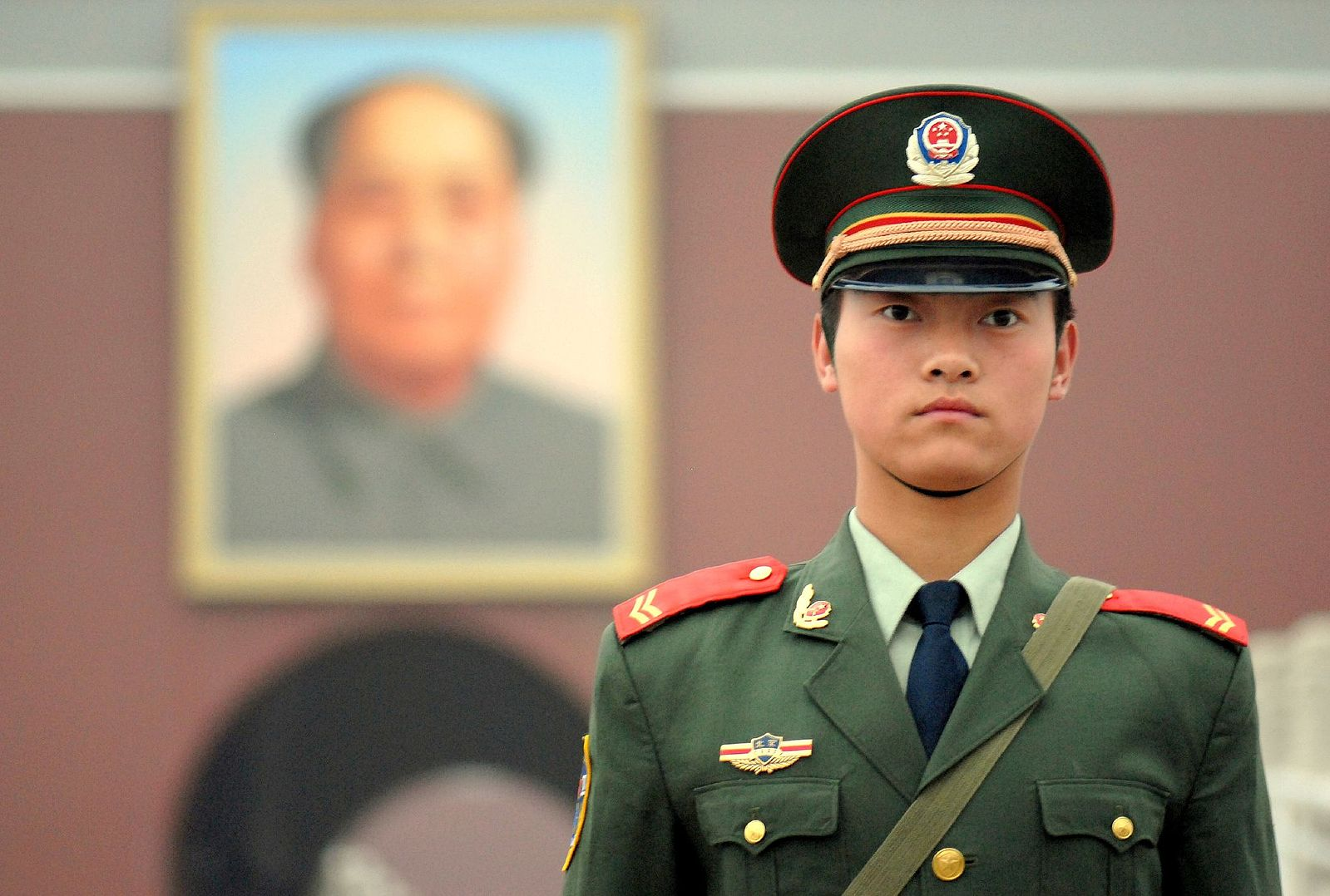 Chinese_soldier_on_Tienanmen_Square (1)