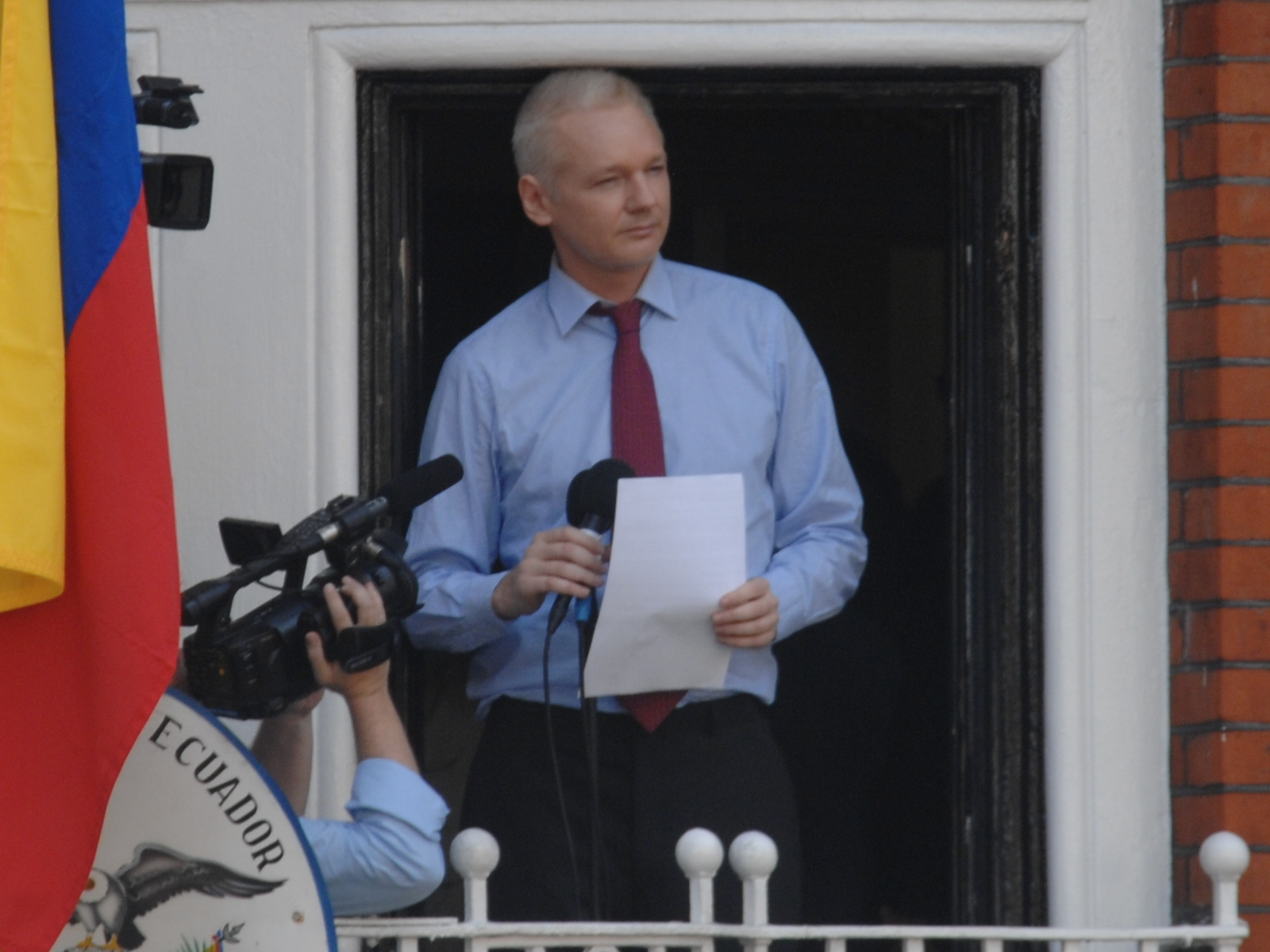 julian_assange_in_ecuadorian_e