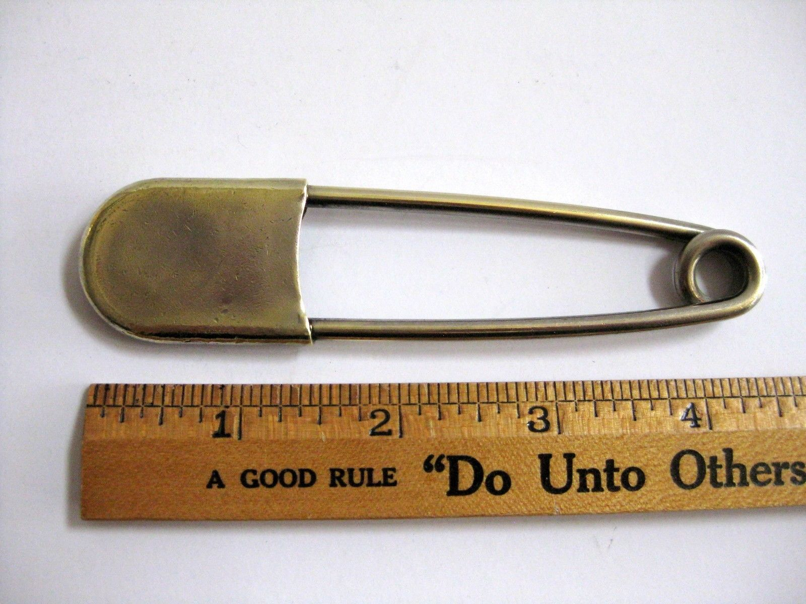 vintage-safety-pin-oversize-4-brass-tone-metal-horse-blanket-kilt-laundry-3934cba6cb537a05a15cae4fbc1d71a1