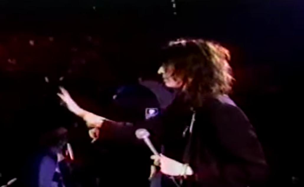 Patti Smith stops to calm down crowd:
