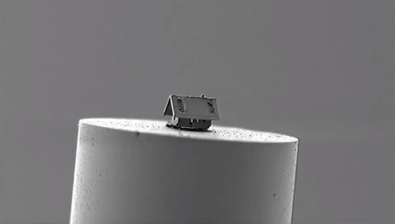 Watch a nanorobot build a microscopic house on the tip of a fiberoptic filament