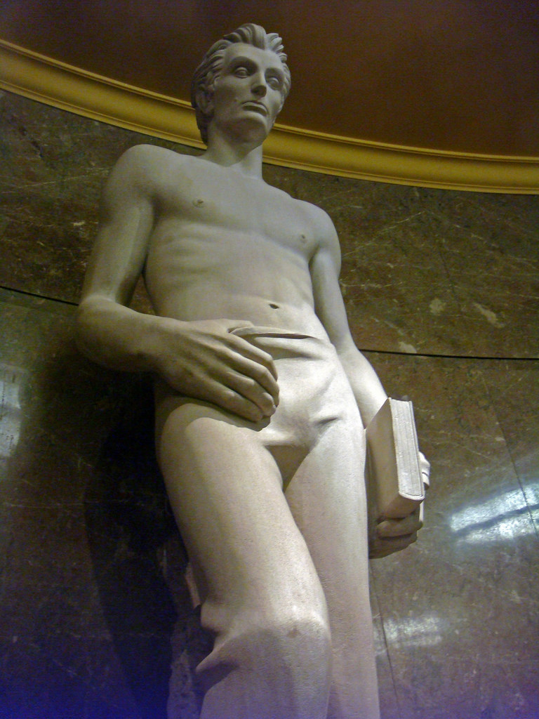"""Shirtless """"hot Lincoln"""" statue from 1939 inspires jokes and fanfic"""